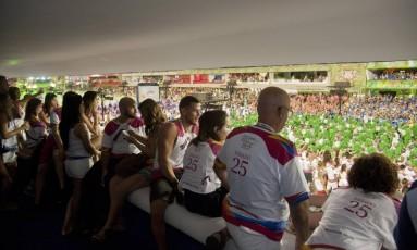 Convidados acompanham desfiles da Série A no Sambódromo Foto: Adriana Lorete / Agência O Globo