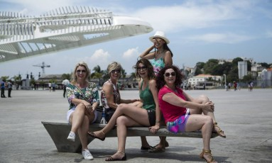 Cumplicidade. Sandra Boritza (de vermelho) veio com as amigas Ana Luiza (de regata verde), Leila de short branco, Debora Milazzo (de bliusa branca) e Marceli (de chapéu) . Foto: Fernando Lemos / Fernando Lemos