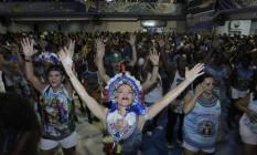 Ensaio na quadra da Beija-Flor. Escola vai desfilar sem alas no carnaval de 2017. Foto: Pedro Teixeira / Agência O Globo