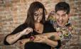 Ferimento de mentira: o artista plástico Jorge Abreu faz graça com a maquiadora Debora Guimarães, transformada por ele em um monstro Foto: Guito Moreto / Agência O Globo