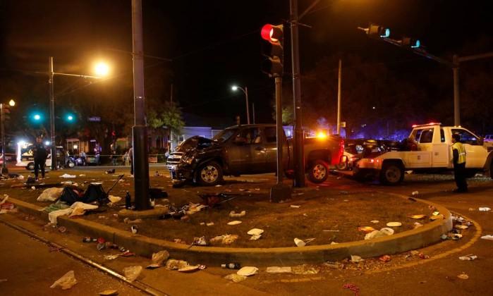 Carro atinge multidão durante Mardi Gras e fere 28 — EUA