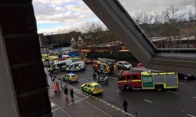 A Bromley Road, em Londres, foi fechada após atropelamento deixar cinco feridos Foto: REPRODUÇÃO/TWITTER