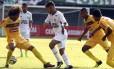 Gustavo Scarpa aplica drible em Douglas Lima, do Madureira, na semifinal da Taça Guanabara Foto: Nelson Perez / Fluminense F.C.