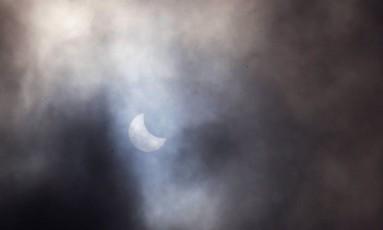 No Rio de Janeiro, as nuvens prejudicaram a visão do eclipse solar deste domingo Foto: Cléber Júnior / Agência O Globo