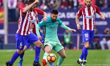 Messi tenta se livrar da marcação de Koke na partida entre Barcelona e Atlético de Madrid, no Vicente Calderón Foto: GERARD JULIEN / AFP