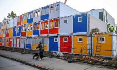 Funcionários trabalham no reparo de um abrigo para refugiados em Berlim, na Alemanha Foto: HANNIBAL HANSCHKE / REUTERS