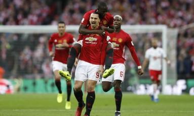 Ibrahimovic comemora o primeiro de seus dois gols na vitória do Manchester United sobre o Southampton Foto: Carl Recine / REUTERS