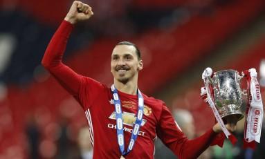 Ibrahimovic vibra com o troféu da Copa da Liga Inglesa: atacante sueco foi decisivo na conquista do Manchester United Foto: Darren Staples / REUTERS
