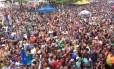 Foliões tomam conta da Praia do Pepê, na Barra Foto: O Globo/Pedro Amaral