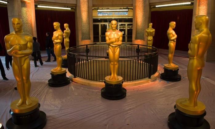 Estátuas no tapete vermelho aguardam o início da cerimônia do 89º Oscar Foto: ANDREW CABALLERO-REYNOLDS / AFP