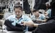 Empregados em fábrica na China: salário médio triplicou entre 2005 e 2016 Foto: Qilai Shen/Bloomberg/30-5-2016