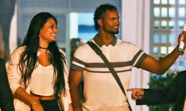 Solto. Bruno, com sua mulher Ingrid, deixa a prisão em Santa Luzia (MG) Foto: Parceiro / Mariela Guimarães