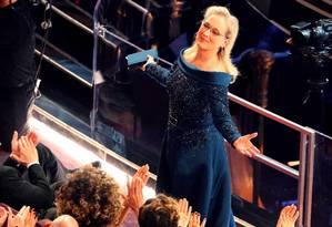Meryl Streep é aplaudida na chegada à cerimônia do Oscar 2017 Foto: LUCY NICHOLSON / REUTERS