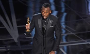 Mahershala Ali recebe o Oscar de melhor ator coajuvante por seu trabalho em 'Moonlight' Foto: Chris Pizzello / Invision/AP