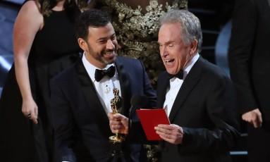 Jimmy Kimmel e Warren Beatty após corrigirem o anúncio do melhor filme no Oscar 2017 Foto: LUCY NICHOLSON / REUTERS