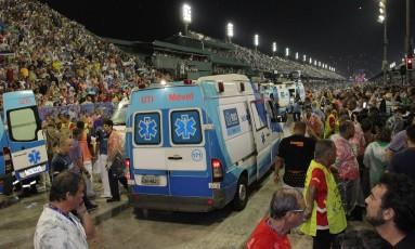 Ambulância atende aos feridos em acidente com carro da tuiuti Foto: Marcelo Theobald / Agência O Globo