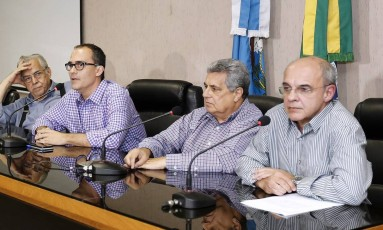 Os presidentes de Fluminense, Pedro Abad (segundo da esquerda para a direita), e Flamengo, Eduardo Bandeira de Mello (primeiro à direita), ao lado de Eurico Miranda e Rubens Lopes após reunião na Ferj na última semana Foto: Úrsula Nery/Agência FERJ