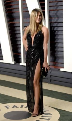 Depos do prêmio, hora da festa de verdade. Estrelas como Jennifer Aniston badalaram em eventos pós-Oscar na madrugada de domingo para segunda Foto: Evan Agostini / Evan Agostini/Invision/AP