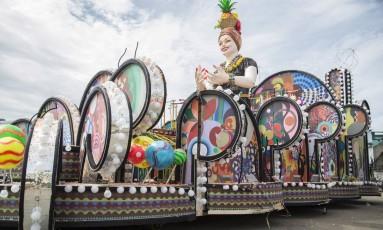 Carro da Paraíso do Tuiuti após perícia, na manhã desta segunda-feira Foto: Analice Paron / Agência O Globo