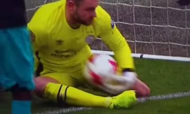 Zoet defende em cima da linha, decide agarrar a bola contra o peito e acaba fazendo gol contra Foto: Reprodução
