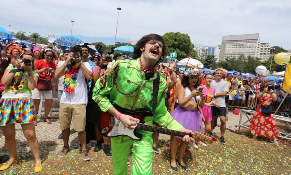 No Sargento Pimenta, bloco em homenagem aos Beatles, não podia faltar folião fantasiado de John Lennon, o icônico vocalista da banda britânica Foto: Marcia Foletto / Agência O Globo
