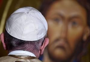 Papa Francisco olha para imagem de Jesus Cristo em igreja anglicana na capital italiana Foto: FILIPPO MONTEFORTE / AFP