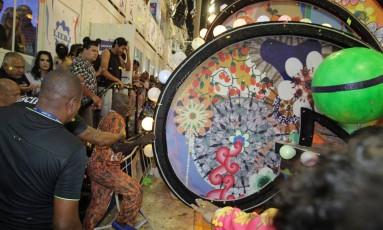 Carro alegórico da Paraíso do Tuiuti na hora do acidente. Foto: Marcelo Theobald/Agência O Globo