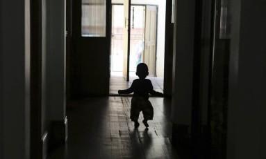 Criança caminha em orfanato Foto: Denis Farrell / AP