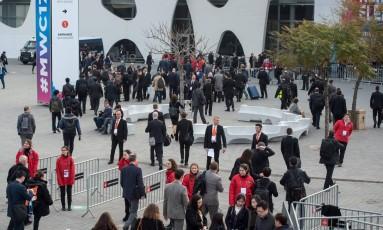 Visitantes chegam ao Congresso Mundial de Celulares em Barcelona: estudo mostra que 5,7 bilhões de pessoas terão telefone móvel até 2020 Foto: JOSEP LAGO/AFP