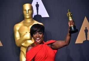 A atriz Viola Davis comemora o seu primeiro Oscar por sua atuação em