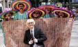 Paulo, caracterizado de Trump, e seus amigos mexicanos Foto: Cléber Júnior / Agência O Globo