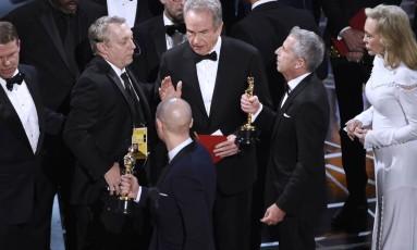 """O momento em que o ator Warren Beatty, os organizadores e os produtores de """"La la land: cantando estações"""" percebem a confusão Foto: Chris Pizzello/AP"""