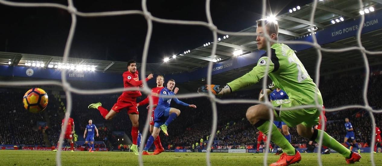 Vardy, ao centro, marca na vitória do Leicester sobre o Liverpool Foto: Jason Cairnduff / REUTERS