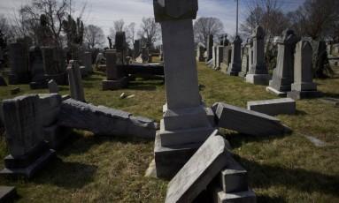 Lápides judaicas foram vandalizadas em um cemitério na Filadélfia, Pensilvânia Foto: Mark Makela / AFP