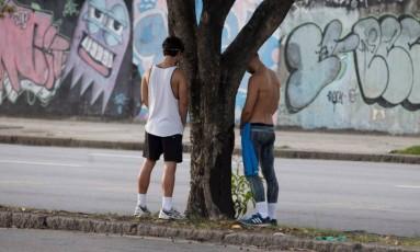 Homens fazem xixi no canteiro central da Avenida Radial Oeste Foto: Márcia Foletto / Agência O Globo