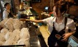 Potencial de expansão. Barista prepara café em Hong Kong: chineses bebem, em média, três cafés por ano. País busca não só consumir como produzir bebida Foto: Daniel J. Groshong / /Bloomberg/ARQUIVO