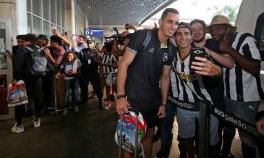 O goleiro Gatito Fernández posa com torcedores do Botafogo no Galeão Foto: Vítor Silva/SSPress/Botafogo