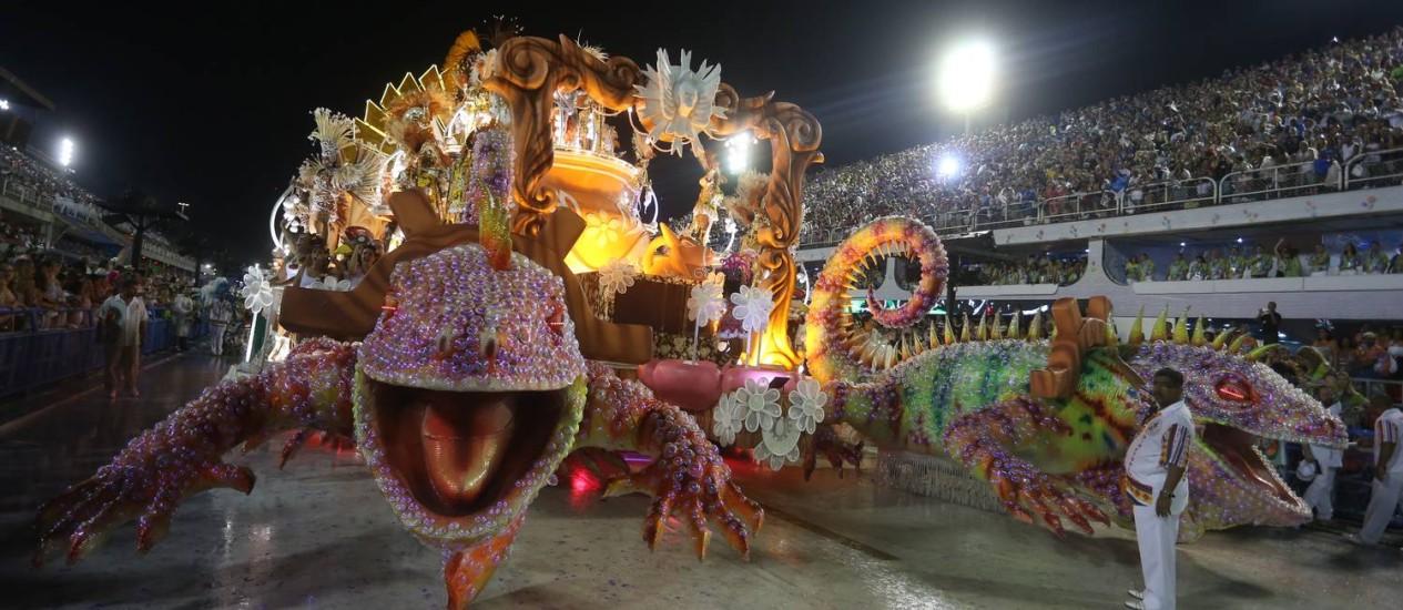 Alegoria da Grande Rio no desfile deste ano Foto: Fabiano Rocha / Agência o Globo