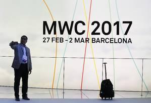 Produtos. Mobile World Congress, em Barcelona, que começou ontem, é o maior evento do setor de celulares Foto: PAUL HANNA / REUTERS