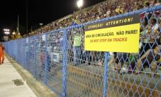 Grades instaladas no local do acidente com carro alegórico, no setor 1 da Sapucaí Foto: Marcelo Theobald / Agência O Globo