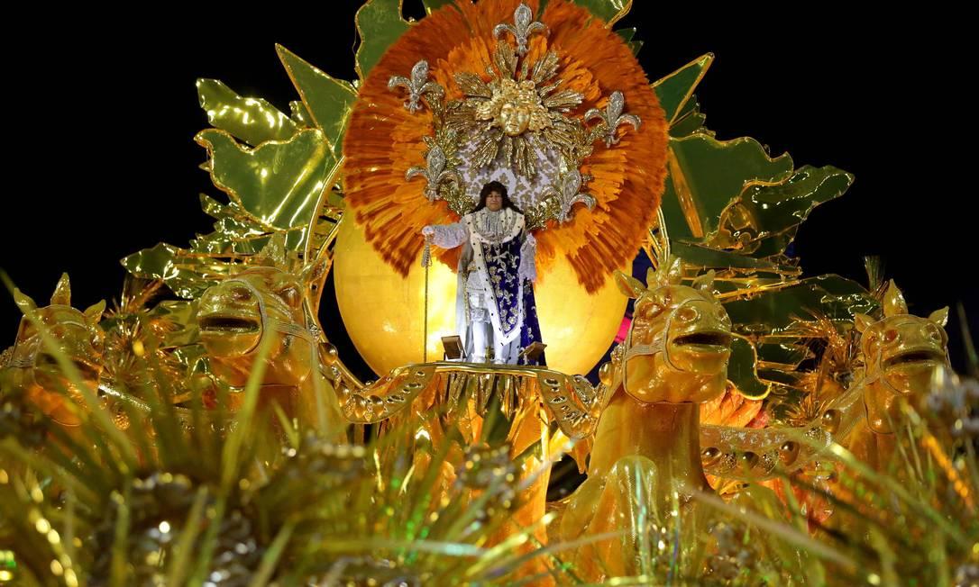 """""""Contam… que o governante de um país. Dançava as noites tão feliz. E brincava mascarado. Do zum zum do carnaval. Bailou… como o astro-rei de um poema"""", diz trecho do enredo """"Onisuáquimalipanse"""" (Envergonhe-se quem pensar mal disso) Márcio Alves / Agência O Globo"""