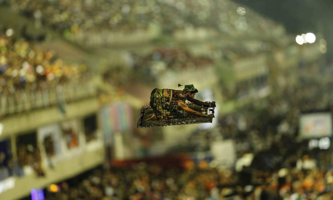 Um Aladim sobrevoando a Avenida em um tapete voador - na verdade um aeromodelo sustentado por drone - ditou o tom da aposta da Mocidade para o terceiro desfile já na madrugada desta terça-feira: um verdadeiro teatro de ilusões Foto: Alexandre Cassiano / Agência O Globo
