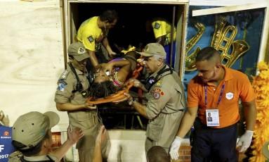 Componente da Tijuca é resgatada por bombeiros Foto: Pablo Jacob / Agência O Globo