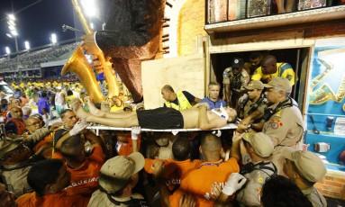 Componente é atendido em acidente envolvendo carro da Tijuca Foto: Pablo Jacob / Agência O Globo