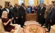 Kellyanne Conway checa o celular, com os pés no sofá, em evento na Casa Branca nesta segunda-feira Foto: BRENDAN SMIALOWSKI / AFP