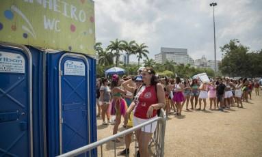 Folionas fazem fila diante de banheiro no Aterro: espera de mais de uma hora Foto: Analice Paron / Agência O Globo