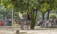 Folião urina em árvore durante passagem do Sargento Pimenta Foto: Analice Paron / Agência O Globo