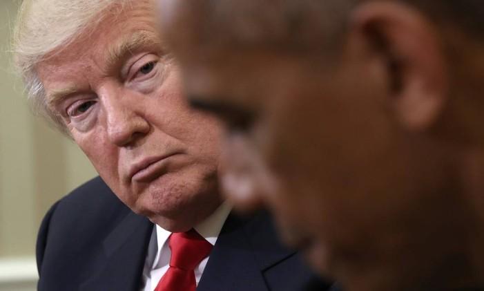 Donald Trump olha para Barack Obama em encontro na Sala Oval em novembro de 2016 Foto: WIN MCNAMEE / AFP