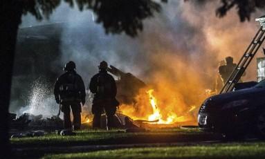 Bombeiros tentam apagar fogo após queda de avião em Riverside, na Califórnia Foto: Watchara Phomicinda / AP