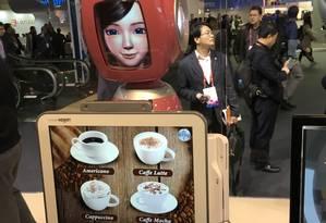 Para pedir um café, a Nugu ri fala e te ajuda. O equipamento vem da Coreia do Sul, da empresa SK Telecom Foto: Bruno Rosa / Agência O Globo